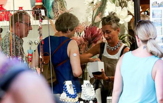 梅姨购买珠宝。(图:《每日邮报》)