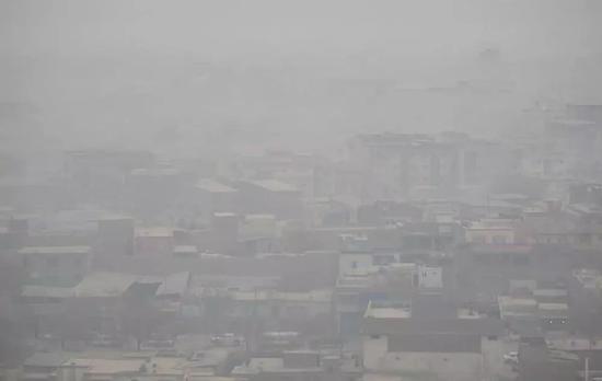 雾霾中的阿富汗首都喀布尔。新华社发