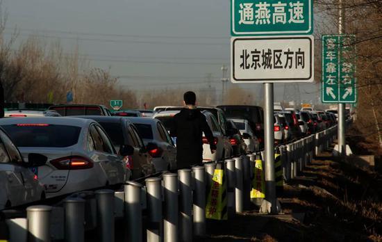 通燕高速进京倾向,一位走人沿着机动车道走走 。