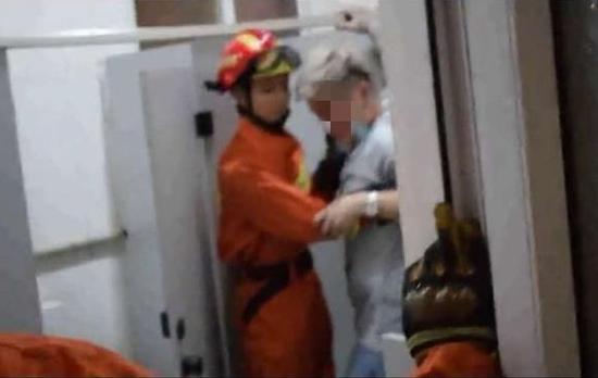 北京朝阳区一公厕雨夜地面塌陷 男子腿部深陷被困
