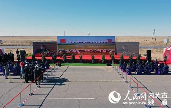 中蒙两边在二连浩特—扎门乌德口岸举走蒙古国施舍中国3万只羊交接仪式。李赞 摄