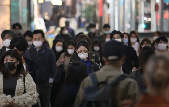 10月30日,在日本东京,人们戴口罩出行。新华社记者 杜潇逸 摄
