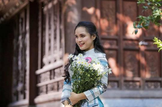 给特朗普献花的女大学生名叫Le Thi Phuong Linh,出生于1999年,是越南外交学院国际法学院的学生