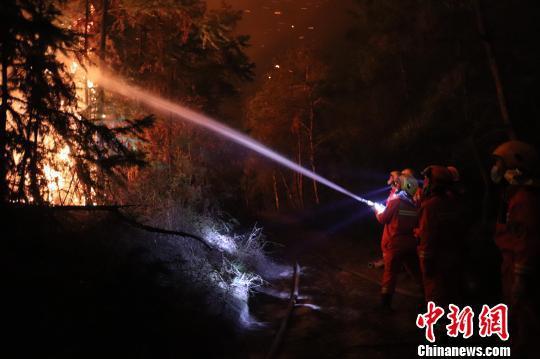 消防员灭火 程奇 摄