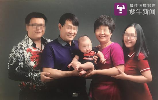 张轶凡(最左)和幼洁(最右)