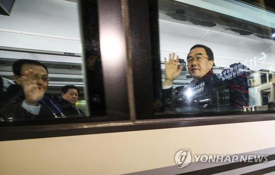 韩国同一部长赵明均在赴朝的列车上挥手(韩联社)
