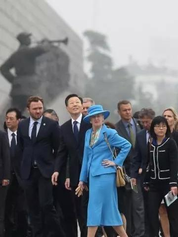 △ 丹麦女王参观纪念馆