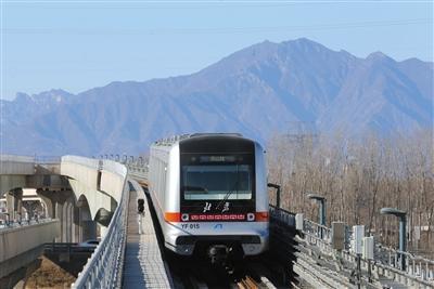 12月15日,一列燕房线列车驶出阎村东站,终点站将是燕山站。新京报记者 王贵彬 摄