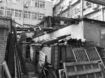 楼前堆积木料、杂物。