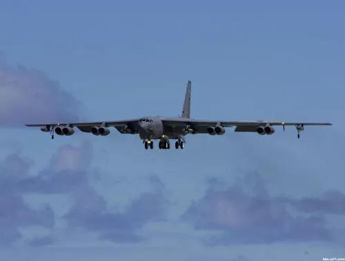 美军B-52计谋轰炸机