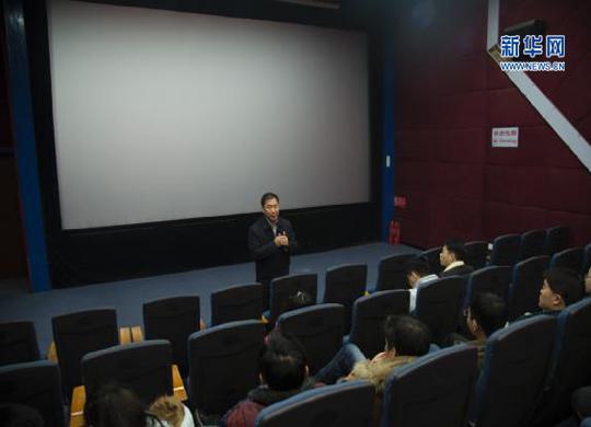 图为原延庆区党委宣传部部长祁金利在电影开场前与观众交流。新华网发 刘品彤 摄