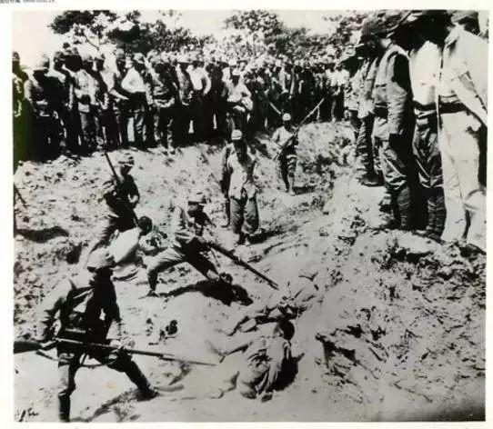 日本兵用刺刀捅的方式残忍杀害中国战俘