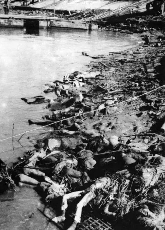 江边堆满了死难者尸体