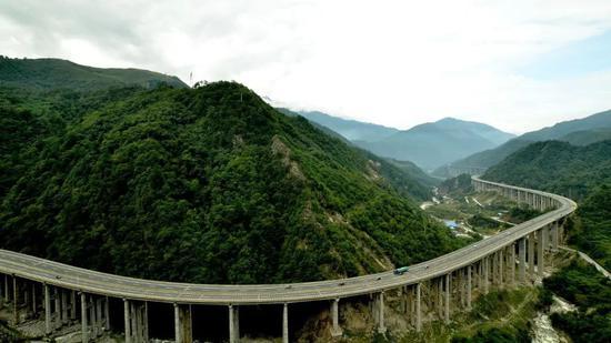 """▲四川雅西高速公路,被人们誉为""""天梯高速""""、""""云端高速"""",受到国内外广泛关注(来源:视觉中国)"""