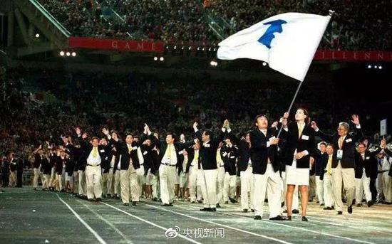 """2000年悉尼奥运会,朝韩两国代表团""""并肩而行"""",感动了全世界。"""