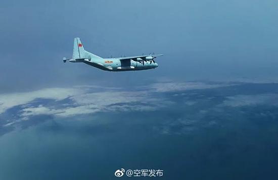 随后,运输机绕着岛礁盘旋一周,迅速爬升,随后飞返内陆。