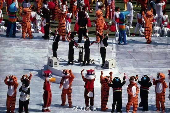 1988年,汉城奥运会开幕式,Koreana组合演唱主题曲《手拉手》。