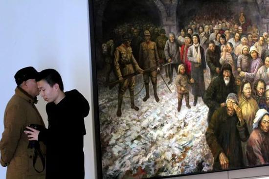 12月12日,历史组画《铭记·1937·南京大屠杀》在南京江苏美术馆展出。视觉中国供图