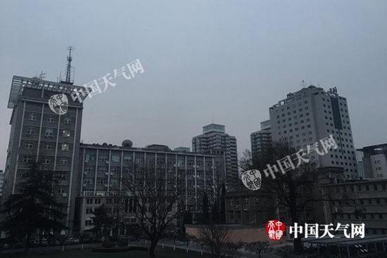 今晨,北京天空阴霾。