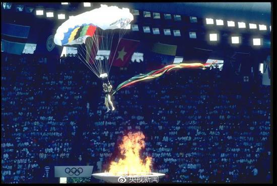 1988年9月17日,汉城奥运会开幕式,降伞表演。