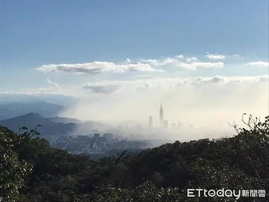 """▲台湾网友见到101大楼隐身雾中,戏称是""""防激光武器系统""""。(台湾东森新闻云/网友Alan Tsao)"""