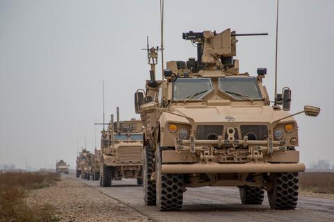 在叙利亚境内执行任务的美军车队。图源:路透社