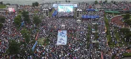 """香港各界人士在金鐘添馬公園舉行""""反暴力、救香港""""集會(圖源:新華社)"""