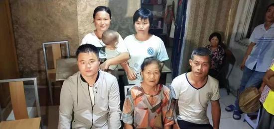 鄭成華(前排左一)戰母親、哥哥、姐姐、mm一家人正在山東日照的家中開影。受訪者供圖