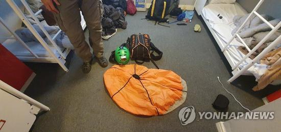 12日,两名擅闯超高层商住楼的俄罗斯人被警方带走。(韩联社)