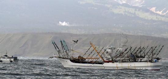 资料图:俄罗斯在2017年10月扣押的日本渔船(北海道新闻)