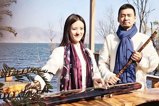 王光明(右)与妹妹王欢(又名王晓欢)联合创立长春光明艺术学校。