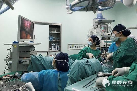(医务人员为晓雯(化名)施行腹腔镜微创手术。图片由 通讯员 提供)
