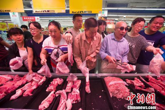 原料图:山西太原民多在超市选购猪肉。张云 摄