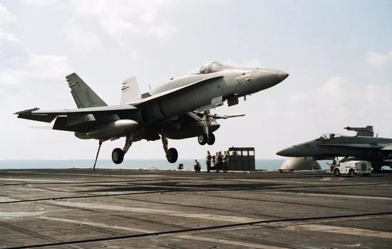 """▲斯蒂尔尼海军中将曾是优秀的舰载战机飞行员。图为美海军FA-18C""""大黄蜂""""战机着舰资料图。"""