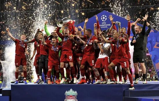 ↑图为6月1日,利物浦队球员在西班牙马德里进行的2018-2019赛季欧洲足球冠军联赛夺冠后庆祝。新华社记者 郭求达 摄