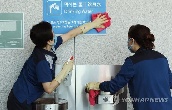 10日,工作人员对韩国仁川机场进行消毒。(韩联社)