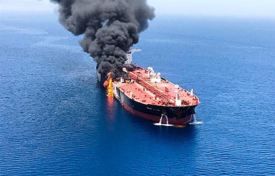 油轮爆炸现场(图源:塔斯社)