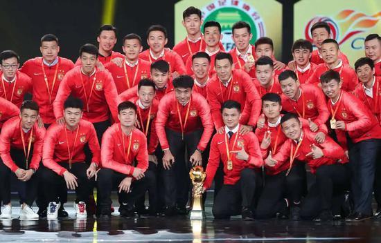 2019年12月7日,2019賽季中超聯賽頒獎典禮在上海舉行,圖為獲得本賽季中超冠軍的廣州恒大淘寶隊球員在頒獎典禮上與火神杯合影。新華社記者丁汀攝