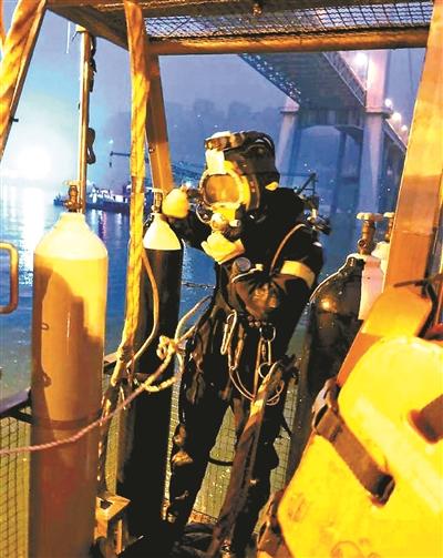 潛水員在做下水前的準備工作供圖/央視