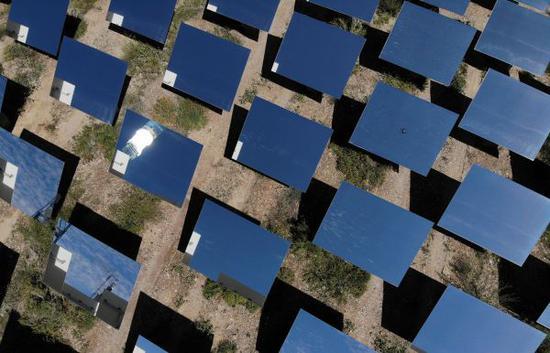 位于青海省海西蒙古族藏族自治州德令哈市的浙江中控太阳能技术有限公司光热发电项目一角(9月3日无人机拍摄)。 (新华社)
