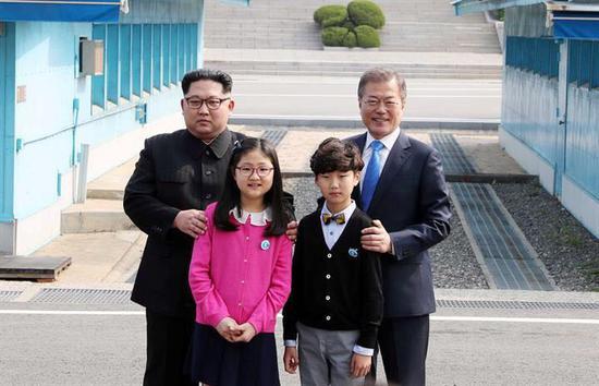 向金正恩献花的两个小孩,来自大成洞村小学。(韩联社)