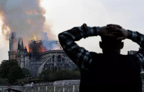 △人们只能眼睁睁看着远处的巴黎圣母院被烧。