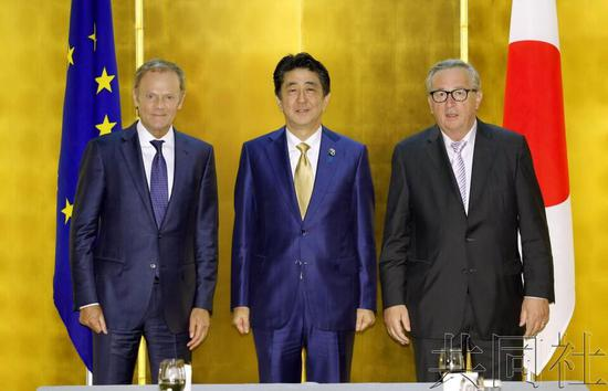 日本首相安倍晋三6月27日在大阪与欧洲理事会主席图斯克、欧盟委员会主席容克举行了会谈。