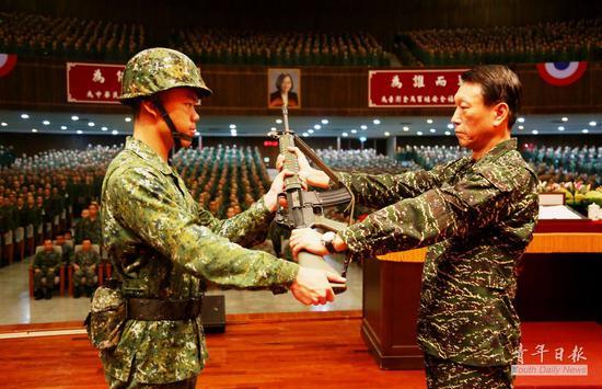 台军校授枪仪式照片被网友狂酸:枪口对准蔡英文?