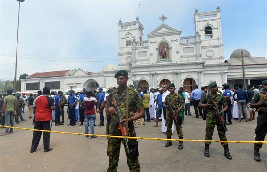 安全人员镇守在遭袭击的圣安东尼教堂外。(图:法新社)
