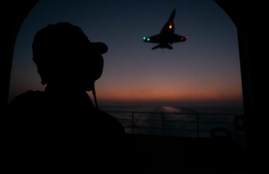波斯湾的夜,美国人的F-18在首飞