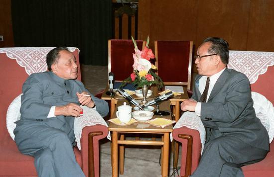 1985年5月15日,邓幼平安谷牧(右)在人民大会堂说话。