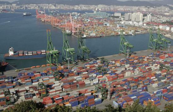 原料图片:韩国釜山港。(新华社)
