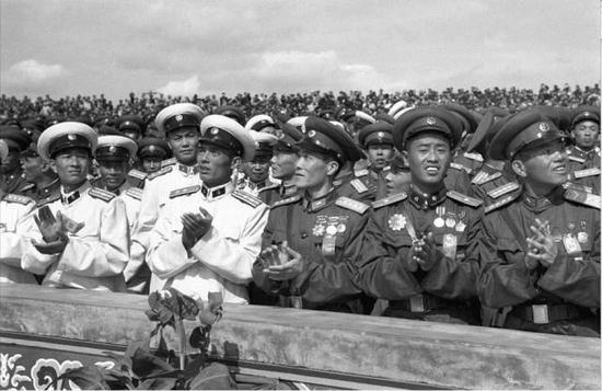 1955年国庆阅兵式,穿新式军服的三军代表在天安门观礼台上。图源:中国军网