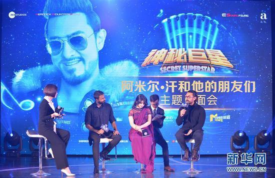 2018年1月23日,印度演员阿米尔·汗(右一)等电影《神秘巨星》主创人员在北京出席见面会。 新华社记者李琰摄